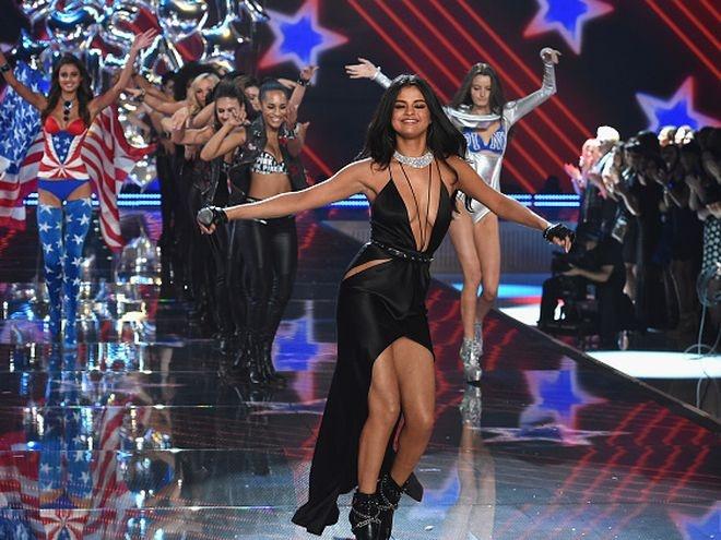 Selena Gomez than thiet chang trai la hinh anh 6 Sau buổi hẹn hò, ngày hôm sau (10/11), Selena trình diễn bốc lửa, sôi động tại đêm thời trang hot nhất của năm Victoria's Secret Fashion Show. Nữ ca sĩ diện trang phục xẻ sâu gợi cảm thể hiện các ca khúc trong album mới Revival.
