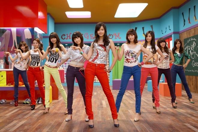 Nhung hinh tuong dang nho cua SNSD trong loat MV dinh dam hinh anh 3 Trong quá trình quảng bá cho đĩa đơn Gee, nhóm thường xuất hiện với trang phục quần jeans và áo đơn màu nhằm nhấn mạnh sự trong sáng của nhóm cũng như của bài hát.