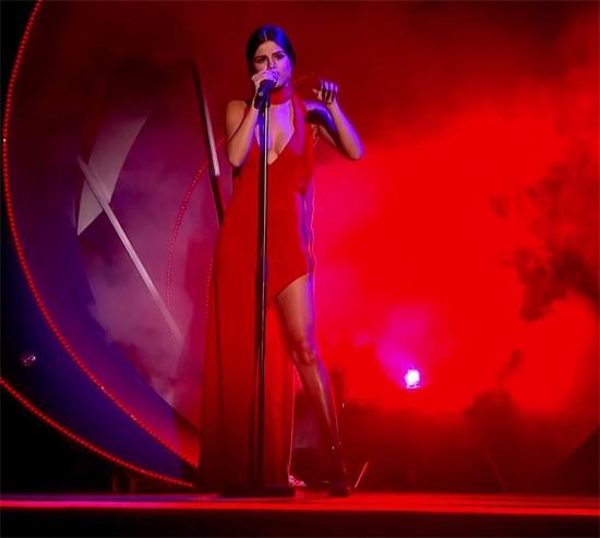 Selena Gomez bi che hat kem hinh anh 2 Bộ cánh khoe triệt để vòng 1 và đôi chân thon thả của Selena. Sau khi giảm cân, giọng ca Good For You tự tin diện những trang phục được thiết kế cắt xẻ táo bạo. Giọng ca 23 tuổi biểu diễn sôi động bên dàn vũ công nam hỗ trợ.
