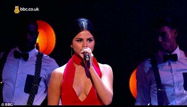Selena Gomez bi che hat kem hinh anh 4 Trên mạng xã hội và tờ Daily Mail, khán giả để lại những ý kiến hầu hết chán nản với tiếng hát của nữ ca sĩ trẻ. Xuất phát từ vai trò diễn viên lấn sân ca hát, Selena bị chê hát dở ngay từ album đầu tiên phát hành năm 2013.