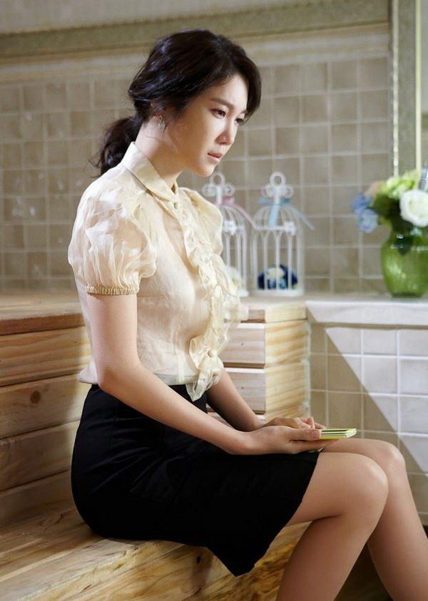 Lee Ji Ah hai lan khon kho vi lay chong giau trong phim hinh anh 2