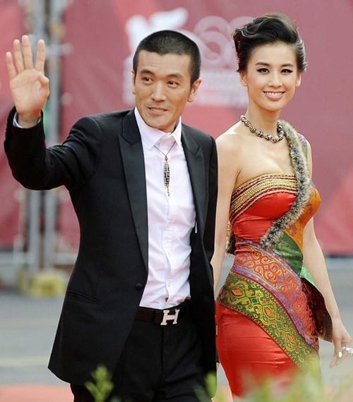 Dương Tử và Huỳnh Thánh Y quan hệ tình cảm từ nhiều năm nay khiến cô bị tiếng hồ ly. Gần đây, họ mới xác nhận việc cưới bí mật nhiều năm trước.