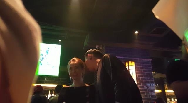 Chong sap cuoi Ho Hanh Nhi om co gai la trong bar hinh anh 2