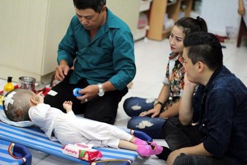 Lam Truong bat khoc khi thay be gai bi nao ung thuy hinh anh 2