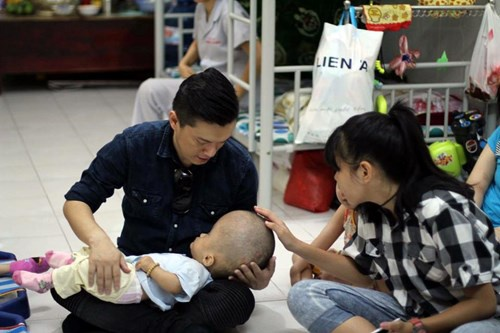 Lam Truong bat khoc khi thay be gai bi nao ung thuy hinh anh 3