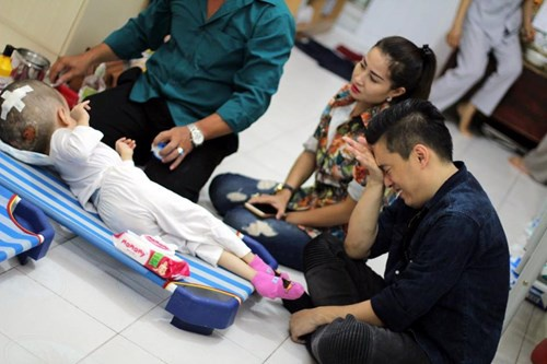 Lam Truong bat khoc khi thay be gai bi nao ung thuy hinh anh