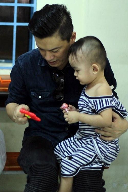 Lam Truong bat khoc khi thay be gai bi nao ung thuy hinh anh 7