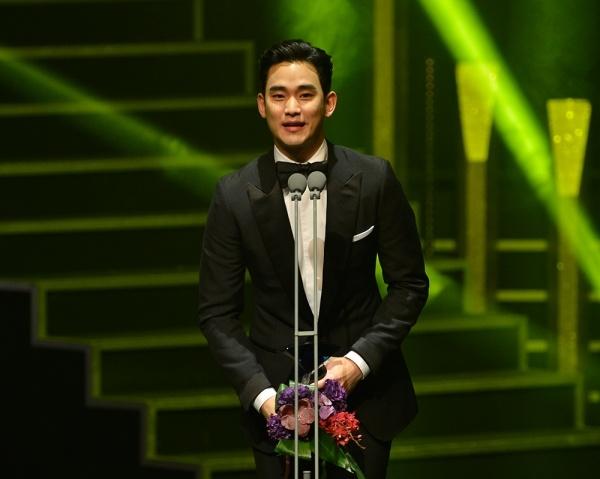 Kim Soo Hyun tiep tuc am giai lon du phim khong nhu y hinh anh 3 Chiến thắng trước đó của mỹ nam Hàn tại Korea Drama Awards lần thứ 8 cũng được nhận xét không công nhận.