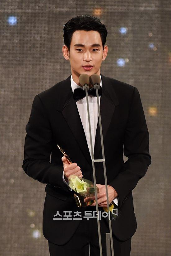 Kim Soo Hyun tiep tuc am giai lon du phim khong nhu y hinh anh 2 Kim Soo Hyun đoạt giải quan trọng nhất tại APAN Star Awards 2015.