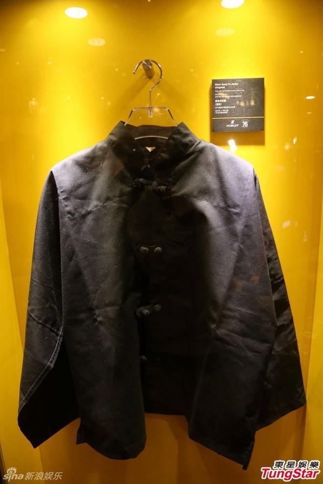 Vo con va loat sao du ky niem 75 nam ngay sinh Ly Tieu Long hinh anh 6 Tại sự kiện triển lãm, khán giả được ngắm nhìn lại những kỷ vật thuộc về Lý Tiểu Long như chiếc áo quen thuộc của ông.