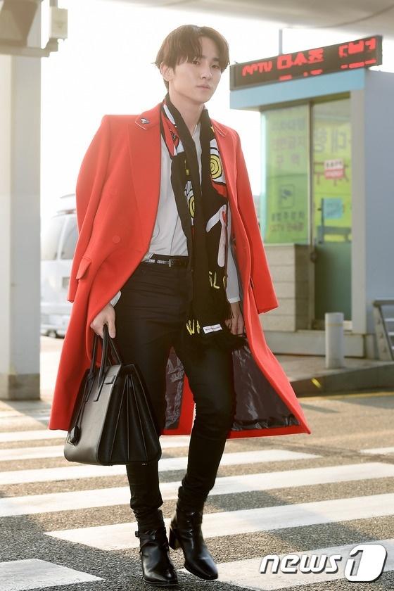 Sao Kpop dong loat len duong du MAMA 2015 hinh anh 7 Key vẫn sành điệu như thường thấy với chiếc áo trenchcoat màu đỏ nổi bật.