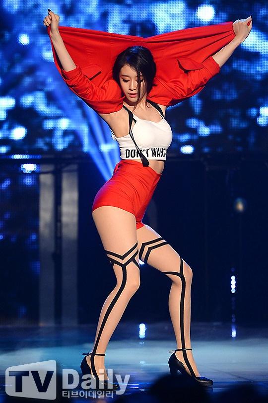 Nhung mot quan tat sexy tren san khau Kpop hinh anh 8