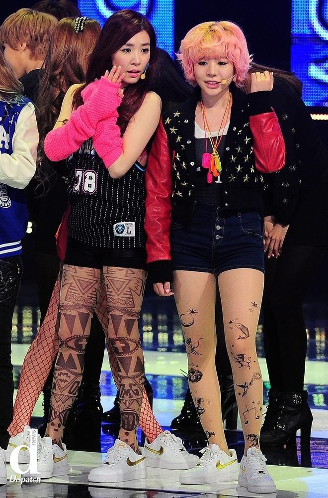 Nhung mot quan tat sexy tren san khau Kpop hinh anh 3 2 thành viên Tiffany và Sunny thuộc SNSD diện trang phục theo phong cách khỏe khoắn, trẻ trung, vì thế họ chọn quần tất mang họa tiết ấn tượng để đồng bộ với diện mạo. Tuy nhiên, họa tiết hình học trên tất của Tiffany có phần khiến tổng thể rối mắt.