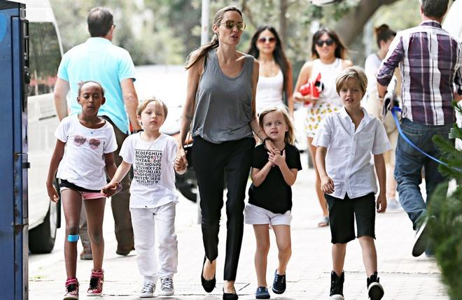 Angelina: 'Lu tre nghi toi ky quac' hinh anh 1 Angelina Jolie và các con dạo phố.