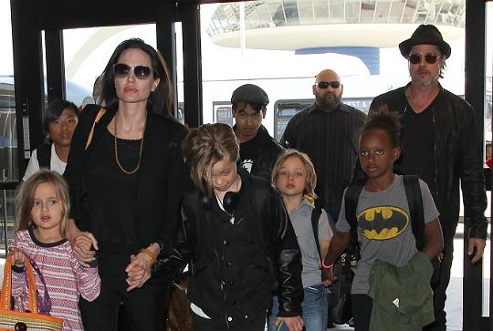 Angelina: 'Lu tre nghi toi ky quac' hinh anh 3 Brad thừa nhận cuộc sống hay di chuyển khiến các con gặp nhiều thiệt thòi nhưng cũng có nhiều trải nghiệm hơn.