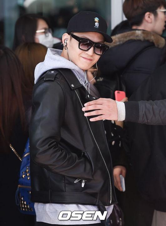 Sao Kpop dong loat len duong du MAMA 2015 hinh anh 12 GOT7 đổ bộ với vẻ điển trai. JB mỉm cười chào phóng viên.