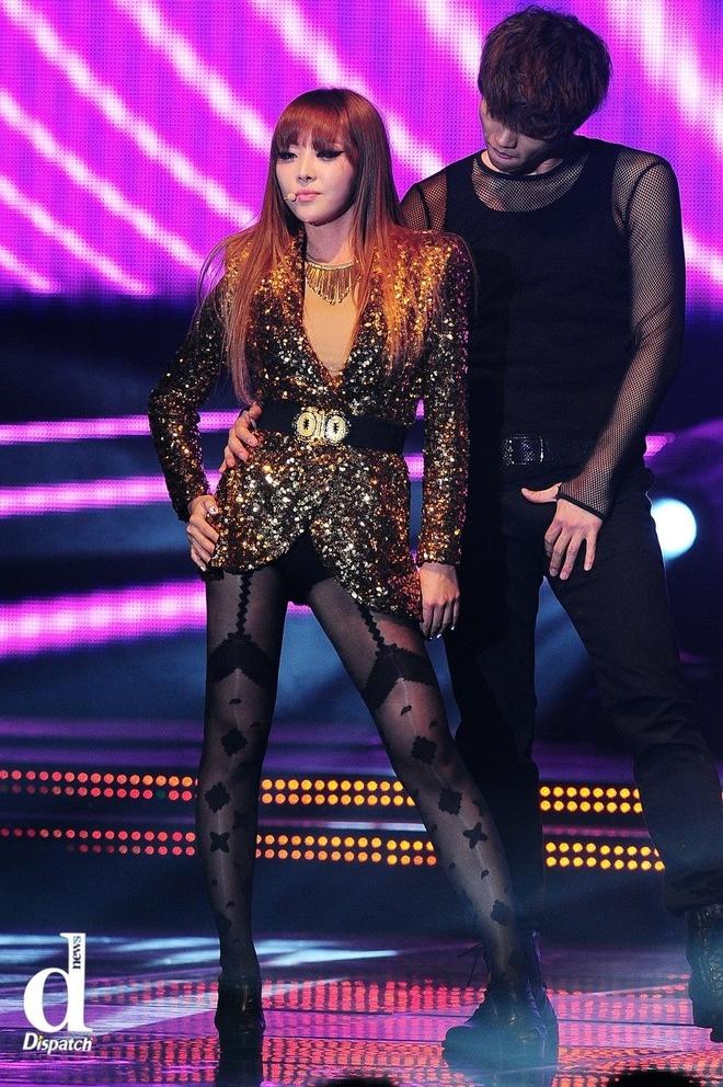 Nhung mot quan tat sexy tren san khau Kpop hinh anh 6 Thành viên Narsha của nhóm Brown Eyed Girls mặc áo blazer chất liệu sequin nổi bật lên sân khấu. Để đồng điệu với blazer cũng như không biến trang phục nhàm chán, Narsha diện quần tất họa tiết màu chìm.