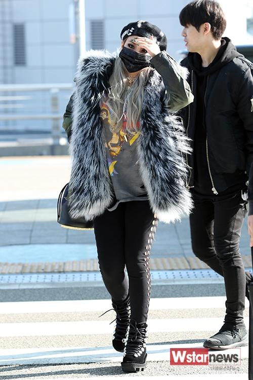 Sao Kpop dong loat len duong du MAMA 2015 hinh anh 1 Sau nhiều tranh cãi với các công ty giải trí YG và SM, MAMA 2015 (Mnet Asian Music Awards) cuối cùng cũng dàn xếp ổn thỏa về danh sách ca sĩ đến dự. Từ chiều 30/11, cánh săn ảnh theo chân loạt sao Kpop đến sân bay quốc tế Incheon đáp chuyến bay tới Hong Kong – địa điểm diễn ra sự kiện. Trong ảnh là CL – thành viên nhóm 2NE1.