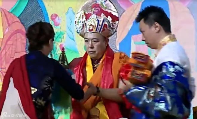 Sau be boi doi tu, 'Hoang A Ma' quy y cua Phat hinh anh 1 Hình ảnh trong lễ quy y của Trương Thiết Lâm theo nghi lễ truyền thống Tây Tạng.