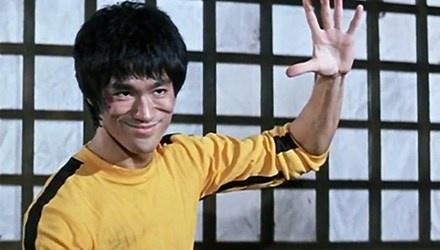 Su that ve bo do Ly Tieu Long mac khi quay 'Tu vong du hi' hinh anh 1 Lý Tiểu Long trong bộ đồ màu vàng khi đóng bộ phim cuối cùng.