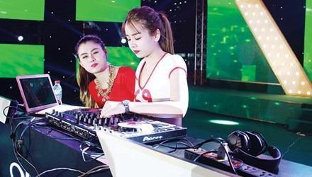 Goc khuat nghe DJ: Cam bay sau anh den mo hinh anh