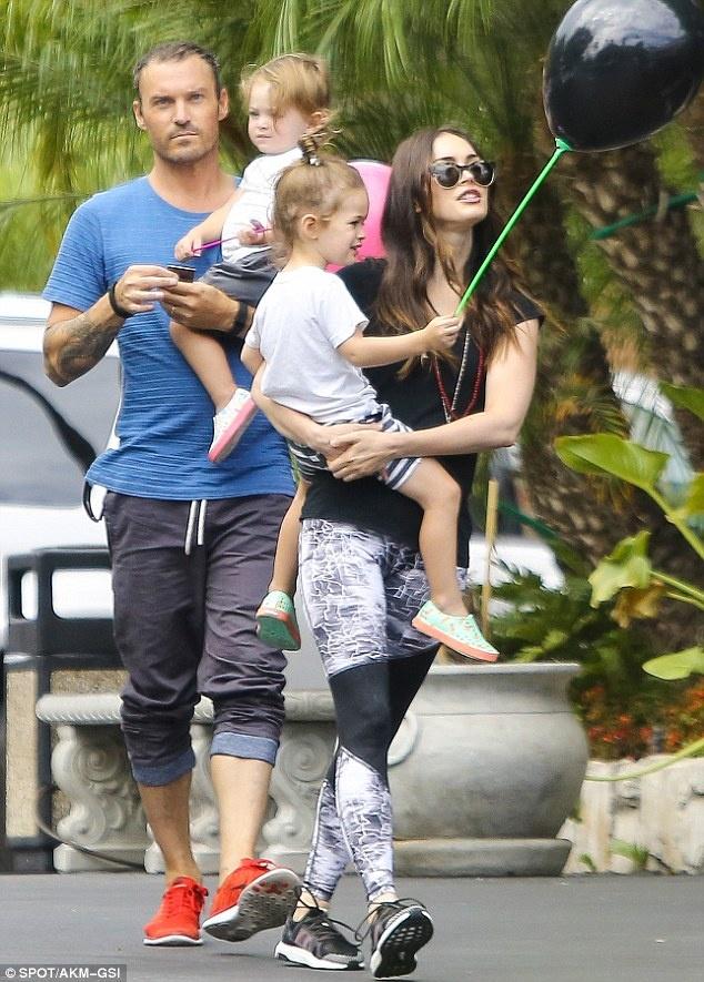 Megan Fox thay toi loi khi bo con di dong phim hinh anh 1 Megan Fox và chồng cũ Brian đưa 2 con trai đi chơi.