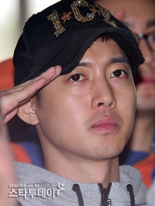 Mỹ nam xứ Hàn đang trong quân ngũ.