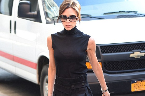 Victoria Beckham lo canh tay loi lom hinh anh
