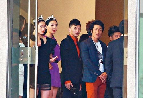 2015 - Nhung bi mat showbiz Hoa ngu bi phanh phui hinh anh 1 Dàn Hoa hậu, á hậu bị ép đi khách.