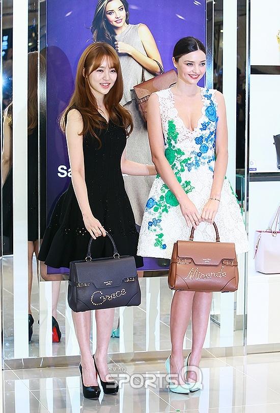Yoon Eun Hye do sac voc voi Miranda Kerr hinh anh 2 2 người đẹp diện trang phục khá đối lập. Miranda Kerr khoe vẻ gợi cảm trong bộ váy ren trắng tươi tắn, xẻ cổ sâu gợi cảm. Yoon Eun Hye có phần kín đáo, thanh lịch với chiếc váy đen không tay.