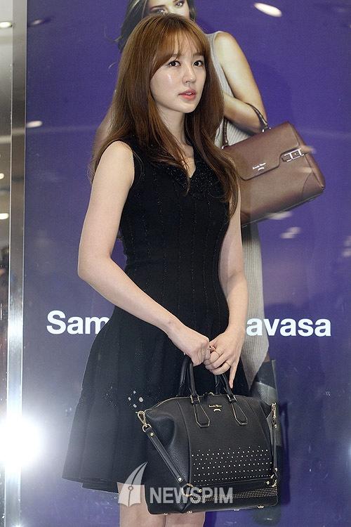 Yoon Eun Hye do sac voc voi Miranda Kerr hinh anh 7  Trước đó, cô hủy bỏ những lịch trình công việc đã lên kế hoạch trước nhằm tránh ồn ào. Hành động này của Yoon Eun Hye gặp phải phản đối của công chúng, cho rằng nữ diễn viên nên xin lỗi thay vì trốn tránh dư luận.