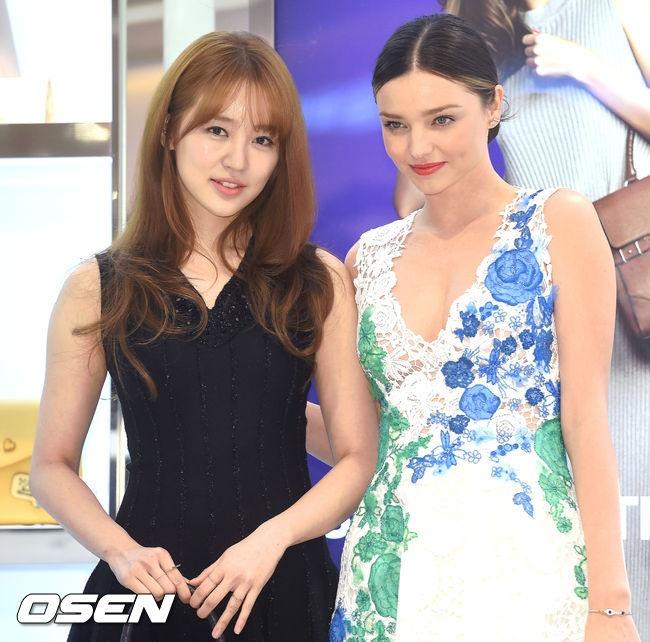 Yoon Eun Hye do sac voc voi Miranda Kerr hinh anh 1 Hôm 11/12, nữ diễn viên Yoon Eun Hye và người mẫu Miranda Kerr tham dự sự kiện ở Myeong-dong Lotte, Seoul. 2 mỹ nhân là gương mặt đại diện cho một nhãn hàng túi xách.