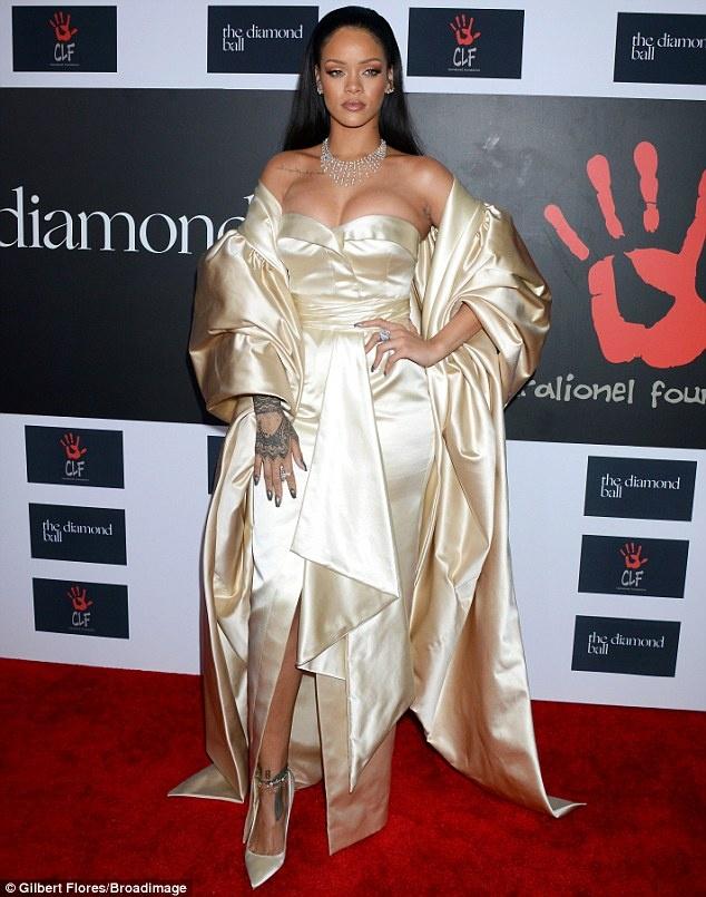 Rihanna goi cam trong dem tiec rieng hinh anh 1 Hôm 10/12, Rihanna tổ chức buổi gây quỹ từ thiện Diamond Ball ở Barker Hanger, Los Angeles với sự tham gia của loạt sao Hollywood. Giọng ca Diamond mở đêm gala nhằm ủng hộ tổ chức Clara Lionel Foundation do cô sáng lập năm 2012. Tên của quỹ từ thiện được nữ ca sĩ lấy từ tên ông bà – Clara và Lionel Brathwaite với mục đích nâng cao chất lượng cuộc sống, giáo dục, văn hóa cho người dân ở quê hương Rihanna.