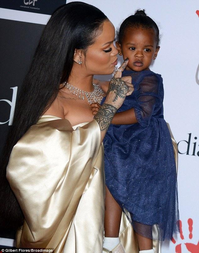 Rihanna goi cam trong dem tiec rieng hinh anh 3 Các thành viên trong gia đình Rihanna cũng đến dự. Trên thảm đỏ, Rihanna khoe cô cháu gái 18 tháng tuổi Majesty. Nữ ca sĩ 27 tuổi là người dì yêu cháu hết mực, trên trang cá nhân, cô thường xuyên khoe ảnh các cháu.