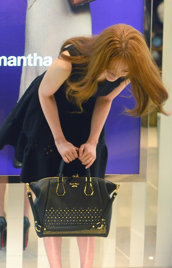 """Yoon Eun Hye do sac voc voi Miranda Kerr hinh anh 6 Cũng trong sự kiện này, """"Thái tử phi"""" cúi người xin lỗi vì scandal đạo thiết kế thời trang gây tranh cãi hồi tháng 9. Nữ diễn viên nói: """"Tôi xin lỗi vì những rắc rối vừa qua"""". Đây cũng là lần đầu tiên người đẹp lộ diện chính thức sau vụ việc. Trước đó, cô hủy bỏ những lịch trình công việc đã lên kế hoạch trước nhằm tránh ồn ào. Hành động này của Yoon Eun Hye gặp phải phản đối của công chúng, cho rằng nữ diễn viên nên xin lỗi thay vì trốn tránh dư luận."""