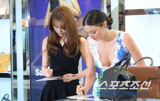 Yoon Eun Hye do sac voc voi Miranda Kerr hinh anh 3 Hai mỹ nhân ký tặng người hâm mộ trong sự kiện.