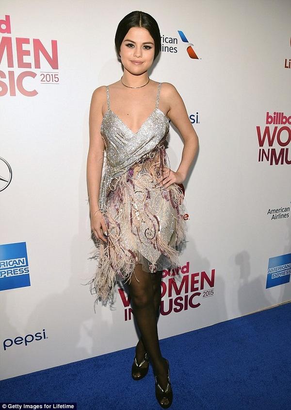 Selena Gomez gia dan giua dan sao tren tham do hinh anh 1 Selena Gomez diện váy trễ nải, buộc tóc gọn ra phía sau. Nhiều ý kiến cho rằng, giọng ca Good For You già đi vì gu thời trang này.