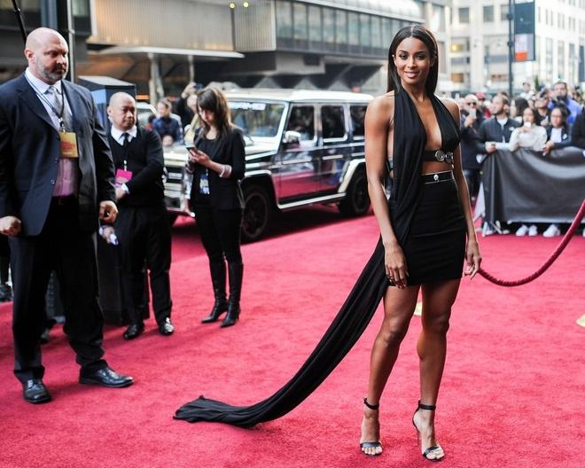Selena Gomez gia dan giua dan sao tren tham do hinh anh 7 Ca sĩ 30 tuổi Ciara chọn váy đen táo bạo.