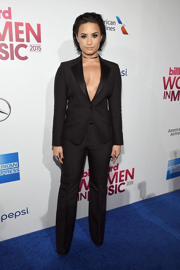 Selena Gomez gia dan giua dan sao tren tham do hinh anh 4 Phong cách tomboy của Demi Lovato.