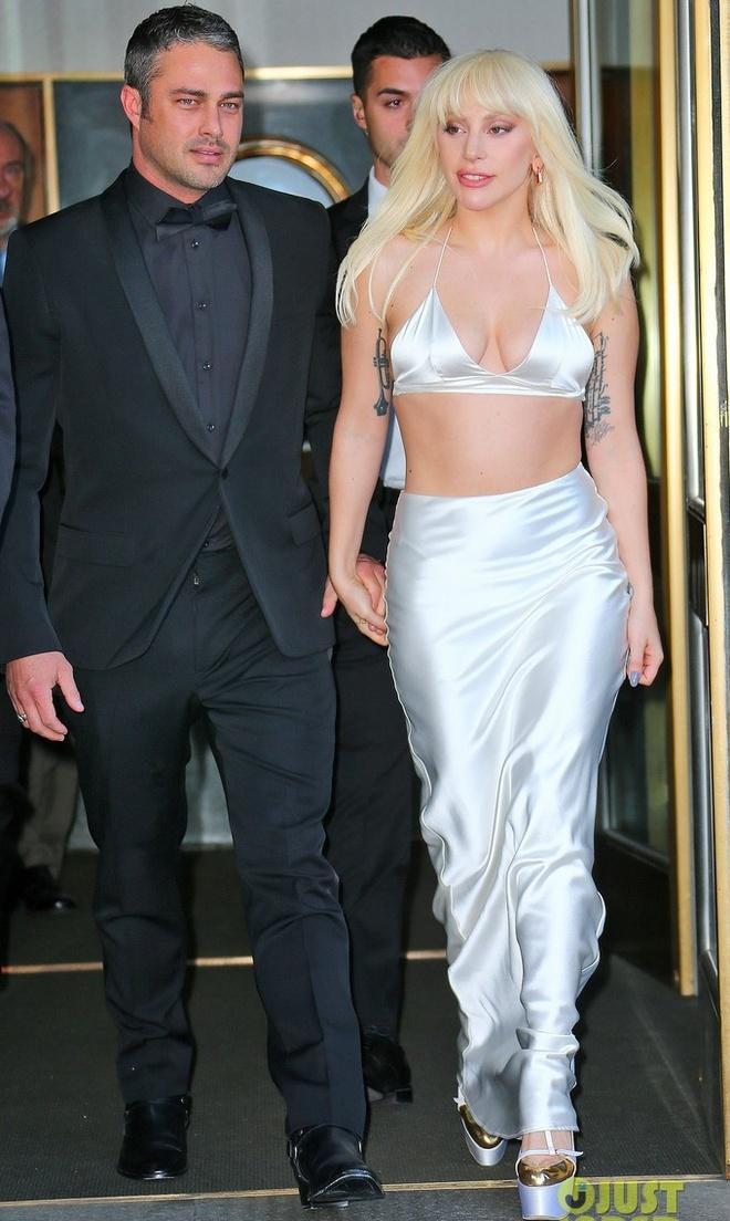 """Selena Gomez gia dan giua dan sao tren tham do hinh anh 3 Cô được hôn phu - Taylor Kinney hộ tống đến sự kiện. Trong buổi phỏng vấn trên kênh truyền hình TimesTalks hôm 10/12 (theo giờ địa phương), Lady Gaga trải lòng về quá khứ bị cưỡng hiếp khi 19 tuổi. """"Tôi đã không dám kể với ai trong 7 năm đó, cũng không biết phải nghĩ như thế nào về nỗi đau này. Tôi tự dằn vặt bản thân và cho rằng đó là lỗi lầm của mình"""" - cô chia sẻ."""