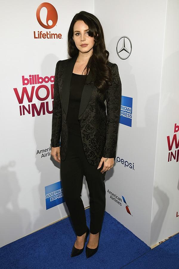 Selena Gomez gia dan giua dan sao tren tham do hinh anh 5 Lana Del Rey chọn vest cá tính.