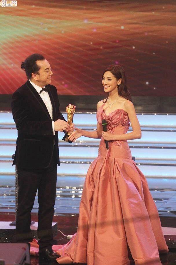 Nhung khoanh khac an tuong trong le trao giai TVB 2015 hinh anh 6