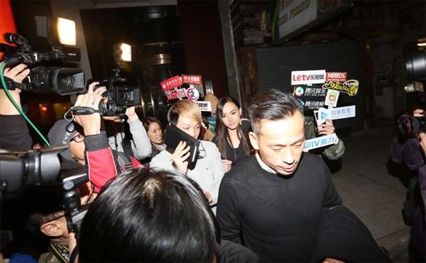 Kieu nu TVB lan dau cong khai tinh tu ty phu co vo hinh anh 2 Phóng viên bủa vây cặp đôi.