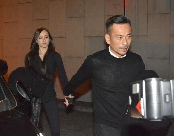 Kieu nu TVB lan dau cong khai tinh tu ty phu co vo hinh anh 1 Châu Trác Hoa nắm chặt tay người tình - nữ diễn viên Liêu Bích Lệ giữa rừng phóng viên.
