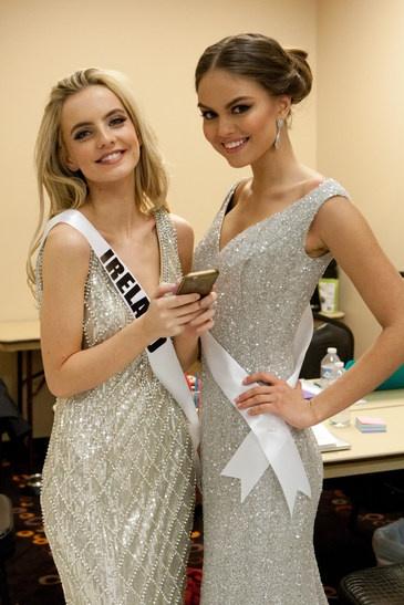 Thi sinh Hoa hau Hoan vu 2015 chia se bi quyet lam dep hinh anh 4 Joanna Cooper, Miss Universe Ireland 2015, and Vladislava Evtushenko, Miss Universe Russia 2015