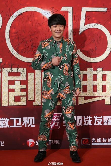 Sao Hoa ngu tu hoi tren tham do hinh anh 14 Trần Hạo Dân mặc trang phục sặc sỡ trên thảm đỏ.