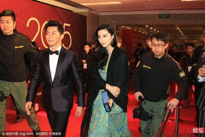 Pham Bang Bang bac bo tin co anh phan cam hinh anh 1 Phạm Băng Băng được Lý Thần tháp tùng tại sự kiện trao giải Quốc kịch thịnh điển diễn ra vào tối 19/12. Cô bất ngờ trước thông tin lộ ảnh phản cảm.