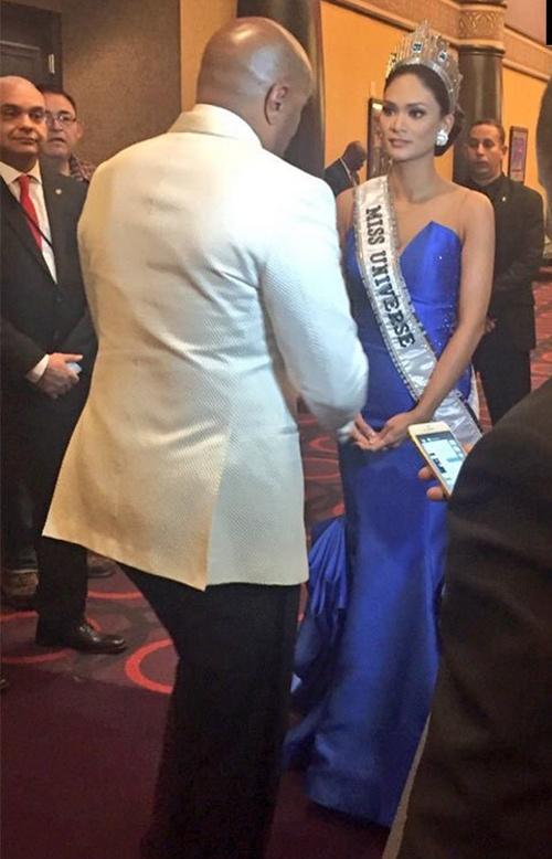 MC xin loi tan Hoa hau vi su co nham vuong mien hinh anh 1 MC Steve Harvey đứng trò chuyện với tân Hoa hậu Hoàn vũ Pia Wurtzbach trong hậu trường.
