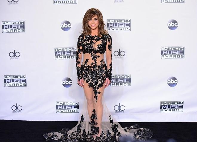 """Vay xuyen thau len ngoi o tham do Hollywood 2015 hinh anh 8 Nữ giám khảo nhỏ nhắn của American Idol Paula Abdul vẫn có thể chinh phục được kiểu váy này. Bằng chứng là thiết kế dáng đuôi cá của Charbel Zoe Couture đắp ren đen ôm sát những chi tiết nhạy cảm, phần còn lại được """"lộ"""" vừa phải, đặc biệt phần đuôi váy tạo cảm giác nhẹ nhàng, thanh thoát."""