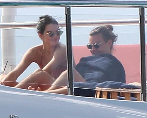 Kendall Jenner va Harry Styles au yem tren du thuyen hinh anh